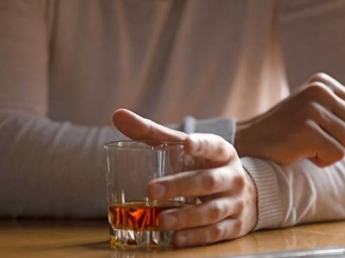 Aumento do consumo de bebidas alcoólicas na pandemia traz riscos de câncer